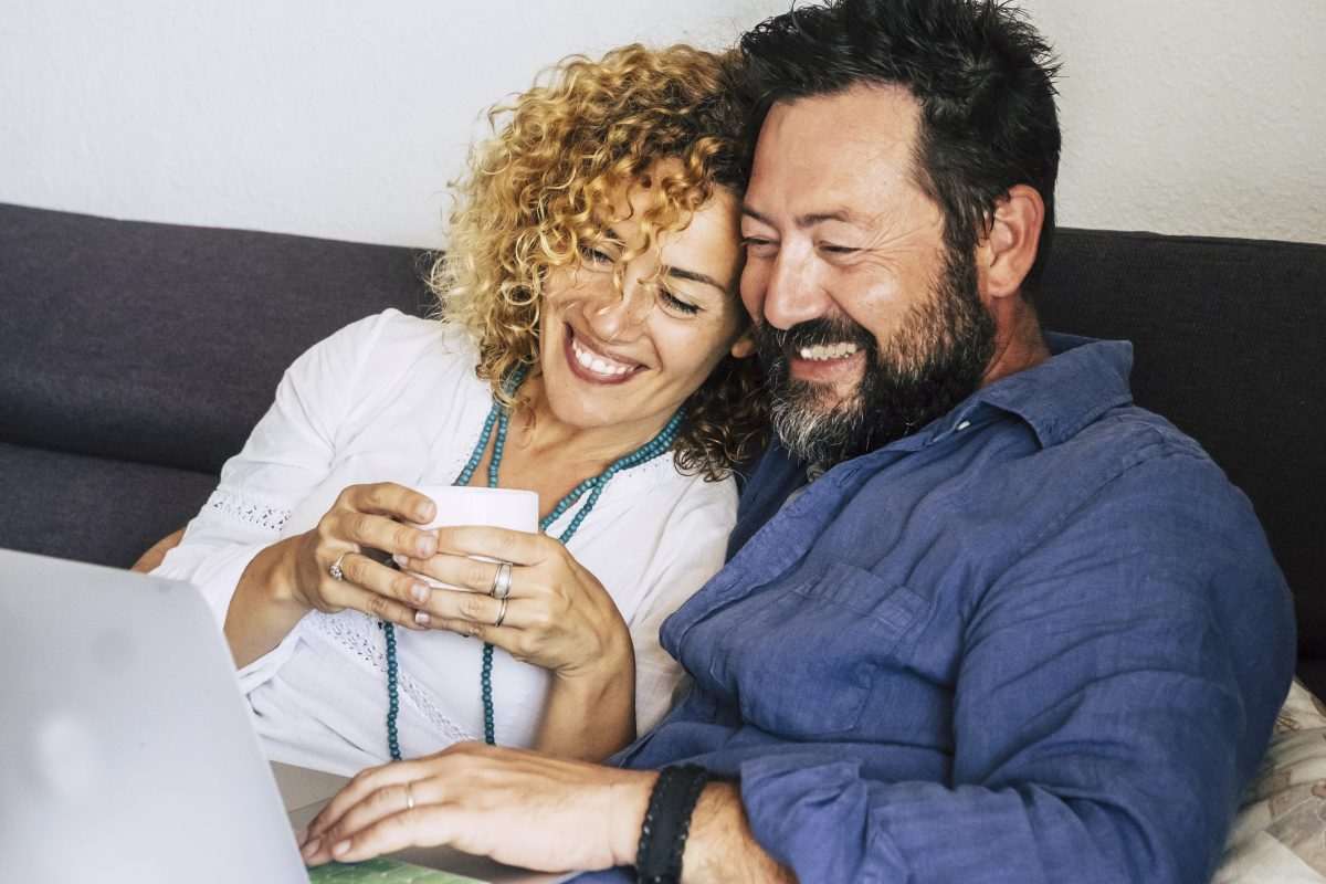couple-using-laptop